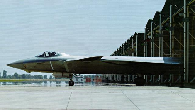 机身修长:歼20战机又有新图曝光颜值超高