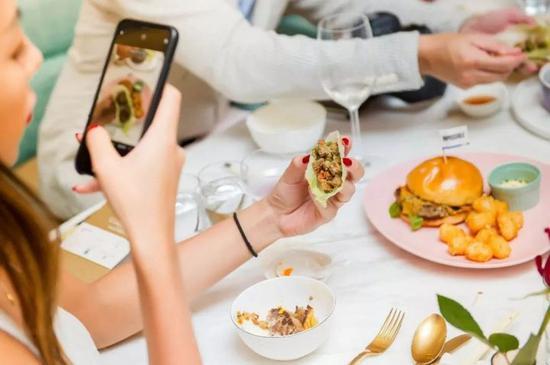 而澳门餐厅,则是直接把它们改为传统的中式菜肴。