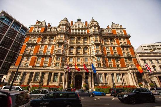 ▲片中Calthorpe酒店和伦敦海德公园文华东方外观仰视视角对比。