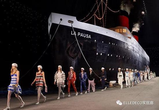 2019早春,香奈儿邮轮开进大皇宫。