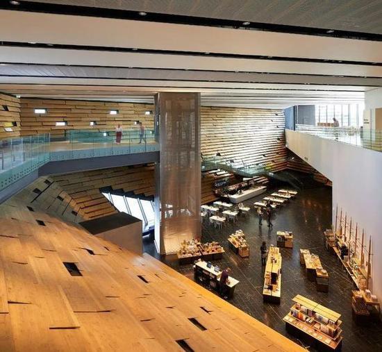 博物馆的内部,也是从自然界中汲取灵感,呈现与外部相呼应的平行结构。