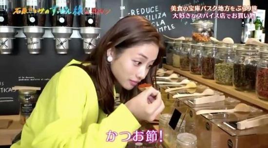 她在店里看到什么都想买,听到价格超便宜的时候,表情立马明朗起来。