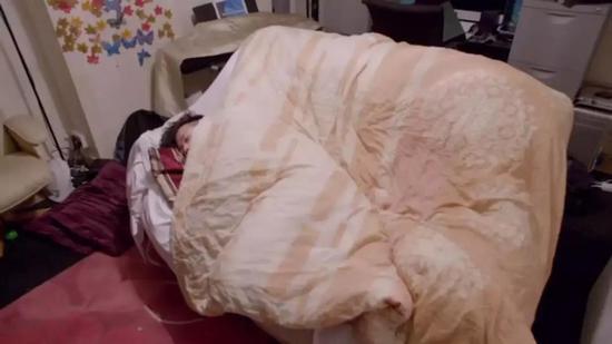 最终在沙发上入睡的Daryl
