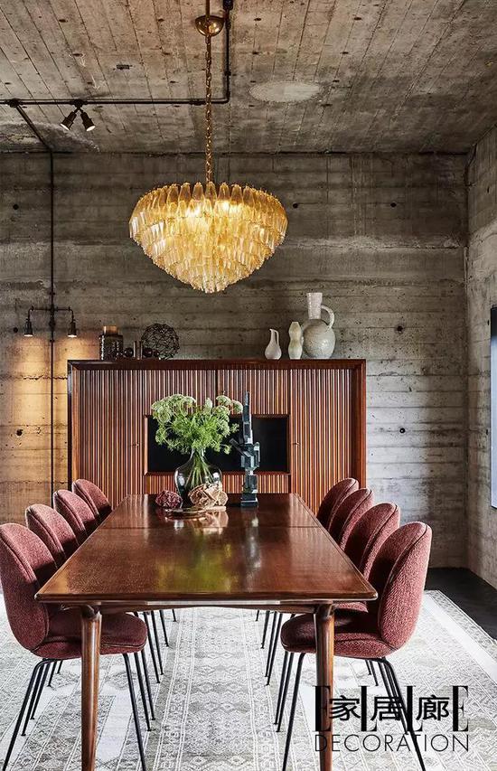 红色天鹅绒Beetle餐椅为Gubi出品。地毯出自Amadi Carpets。