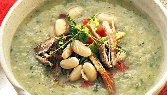 绿色蔬菜汤配手撕猪肉