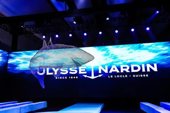出乎所有人的意料,鲨鱼在Ulysse Nardin 奇想之夜的舞台中央从天而降