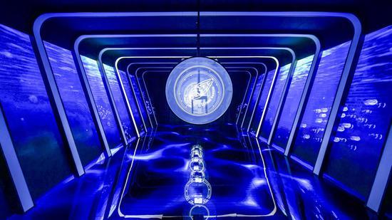 在骨架轮廓的衬托下,宾客们仿若是在鲨鱼的骨架中行走,持续不断的涟漪也营造出一种神秘未知的氛围,Freak奇想系列腕表的机械部件在隧道中被解构开来