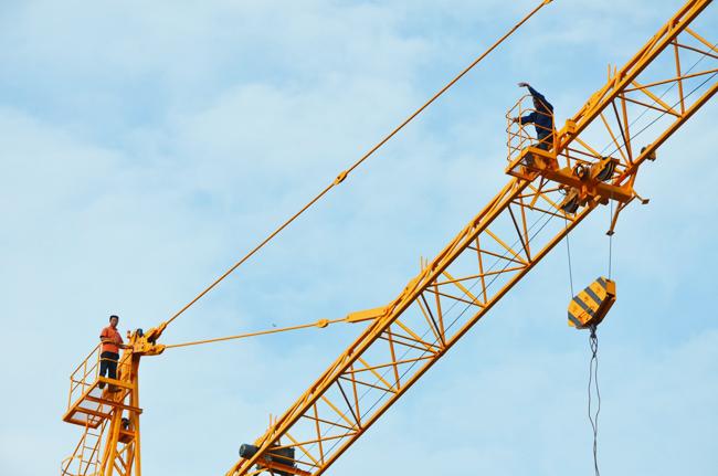 一男子爬塔吊索要工钱被行拘