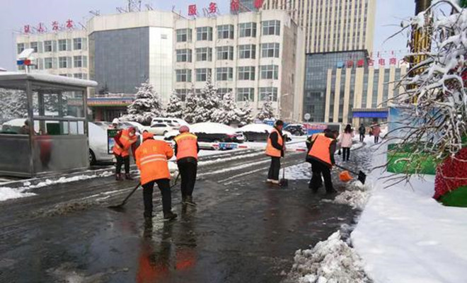 呼和浩特市环卫局开展清雪除冰作业 确保市民出行安全