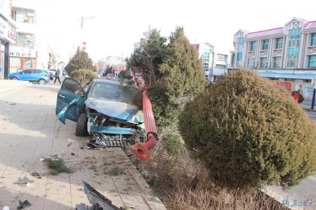 """巴彦浩特镇发生两起""""驾驶员误把刹车当油门踩""""事故"""