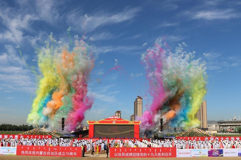 日上午,第四届内蒙古(国际)马术节在内蒙古赛马场拉开帷幕.内