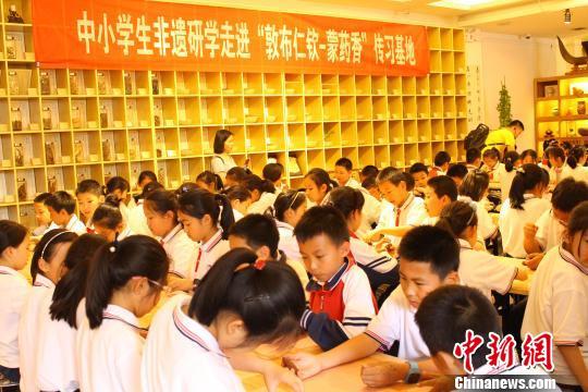 图为小学生走进蒙药香传习基地。 陈峰 摄
