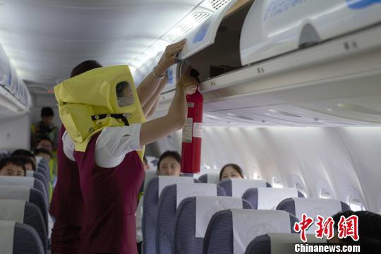 图为天骄航空ARJ21-700机型应急撤离演示现场。天骄航空供图