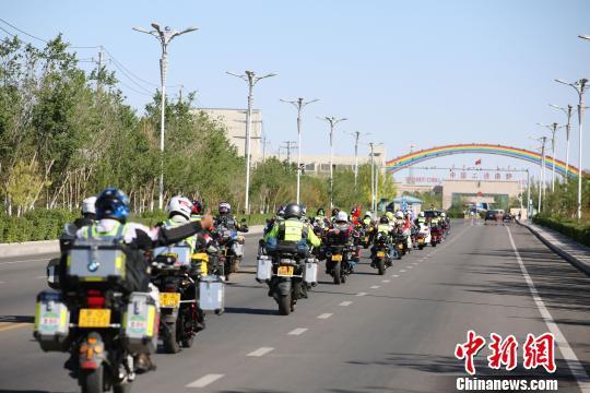 图为摩托车自驾游车队在二连浩特公路口岸集结。 李爱平 摄