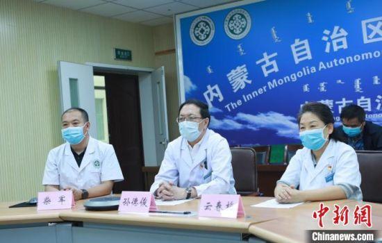 圖為內蒙古新冠肺炎醫療救治專家組組長孫德俊宣布佟某某達到出院標準,可以出院。 張玢 攝