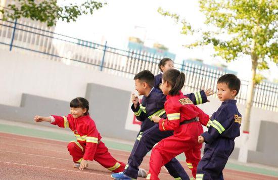 消防站里的儿童节欢乐多 万丽杨