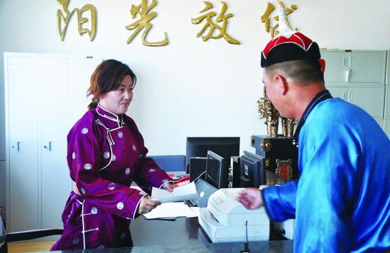 内蒙古农信社员工为牧区百姓办理信贷业务