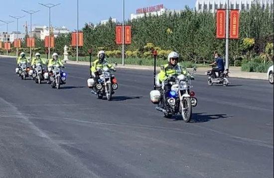 内蒙古东乌旗交警铁骑重装上阵治理交通秩序