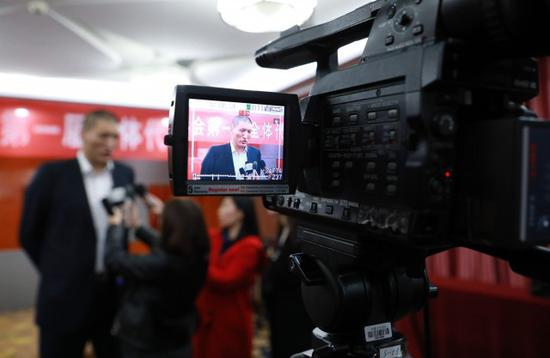 孟克巴特尔(左)接受媒体采访摄影/北方新报融媒体记者 牛天甲