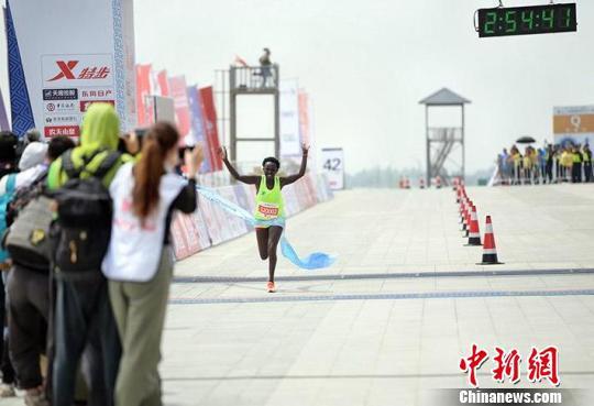 图为肯尼亚选手获得女子组第一名。 马知远 摄