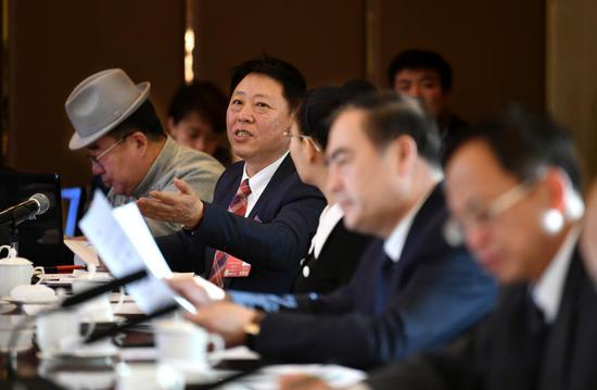 来自医疗卫生界别的委员张波洲(左二)呼吁政府部门加大扶持民营医疗机构的力度。内蒙古日报社融媒体记者 马建荃 摄