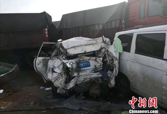 图为多辆车受损严重