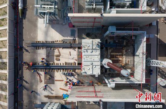 图为特高压1000千伏高抗带油带套管现场推移。 孙海强 摄