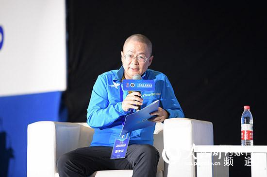 新华社高级记者、首都媒体跑团领队汪涌主持《马拉松助推城市发展》圆桌论坛。陈立庚摄