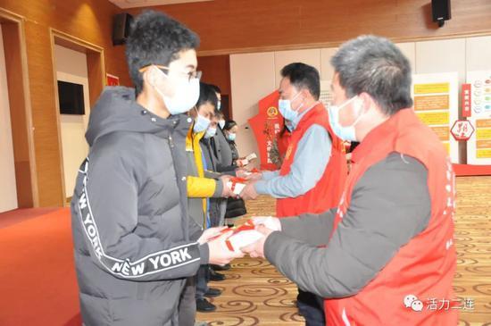 志愿者团队为行业代表捐赠图书
