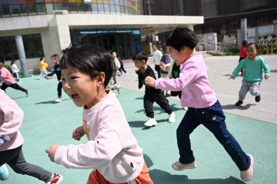 内蒙古呼和浩特市幼儿园小朋友享受户外活动