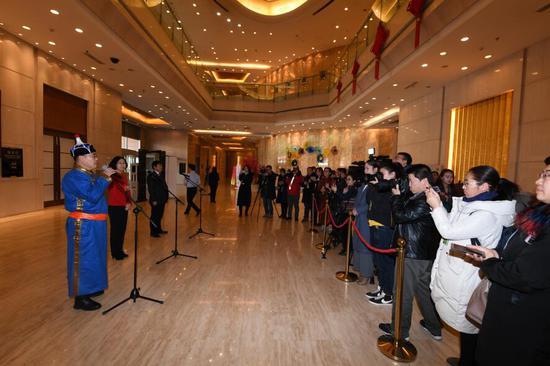 """1月25日下午,三位自治区政协委员在""""委员通道""""接受采访。这是自治区两会历史上首次开启""""委员通道"""",邀请委员亮相,讲述委员心声,展现委员风采。内蒙古日报社融媒体记者 韩卿立 摄"""