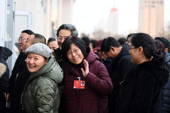 列席自治区十三届人大二次会议的政协委员步入会场。内蒙古日报社融媒体记者 金泉 摄