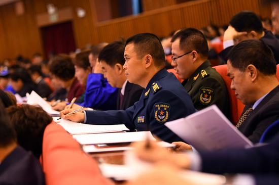 解放军代表认真聆听政府工作报告。内蒙古日报社融媒体记者 金泉 摄