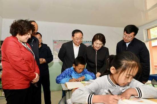 4月28日,自治区党委副书记、自治区主席布小林到清水河县窑沟小学,了解该校学生学习生活情况。