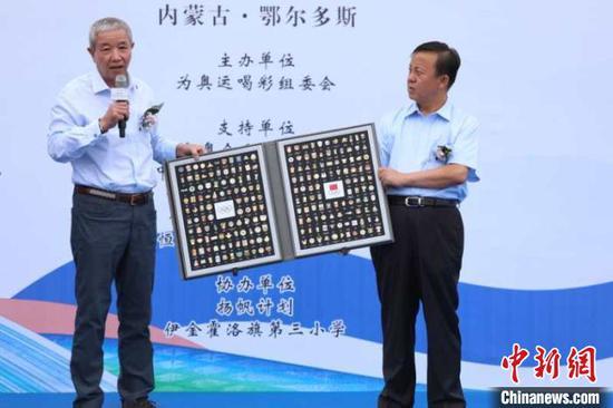 国际奥委会副主席于再清向当地赠送国际奥委会纪念章。吴爱华 供图