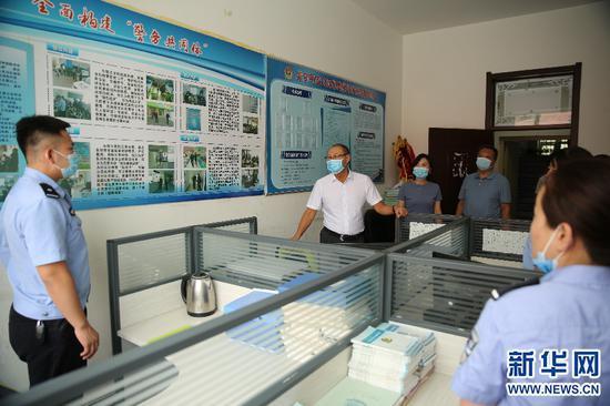 特派督导组走访社区警务室。新华网 杨腾格尔摄