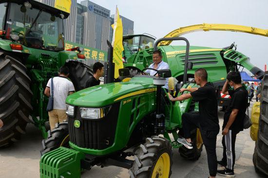 8月1日,顾客试乘农业机械。