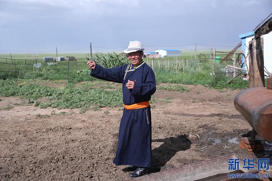 8月2日,其日麦拉图在介绍自家牲畜牧养情况。新华网记者 焦鹏摄