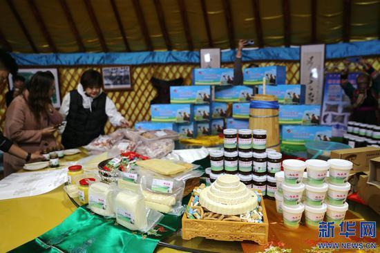 洪格尔巴特尔家庭牧场手工制作的奶制品等蒙古族传统食品。新华网 曹桢摄