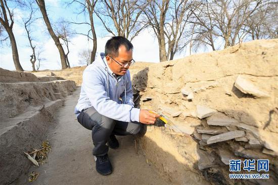 11月1日,考古人员在呼和浩特市玉泉区沙梁子村中的西汉中晚期疑似大型粮仓建筑基址发掘现场作业。新华社记者 彭源 摄