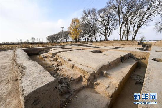 这是11月1日拍摄的呼和浩特市玉泉区沙梁子村中的西汉中晚期疑似大型粮仓建筑基址发掘现场。新华社记者 彭源 摄