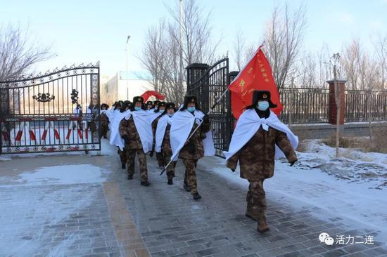 全体民兵统一着迷彩服,军容严整,列队整齐