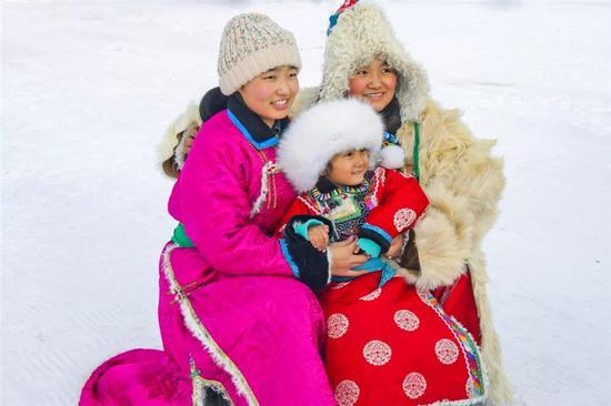 鲜艳的蒙古袍子在纯白的雪地上愈发靓丽夺目