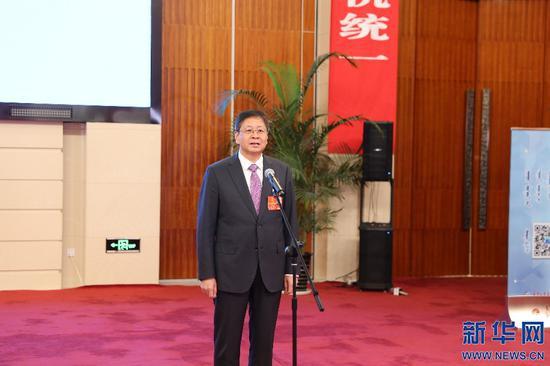 """内蒙古自治区人大代表李全文在""""代表通道""""上回答媒体记者提问。新华网 曹桢摄"""