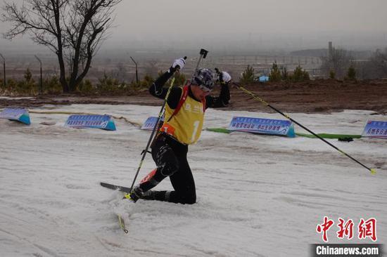 摔倒的运动员正在奋力站起回归比赛 郝凌宇 摄