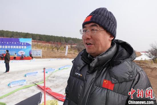 冬季两项国家队领队接受中新社记者采访,表达了对参赛队员的肯定 郝凌宇 摄