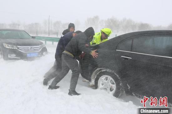 图为交警对车辆进行救援 郭悦 摄
