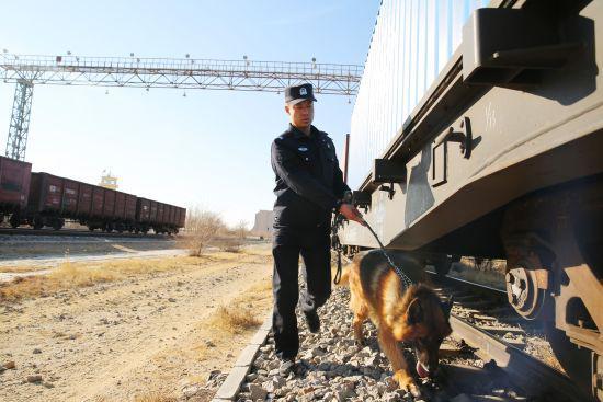 图为二连出入境边防检查站干警对即将出境的中欧班列进行检查监护。