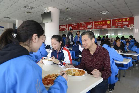 图为老师和同学们共进午餐。