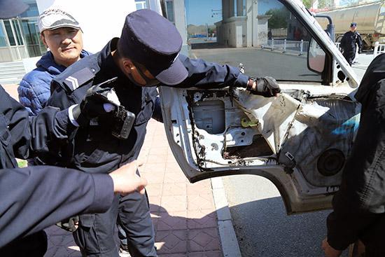 民警在车辆左前门夹层内发现藏匿的红铜。